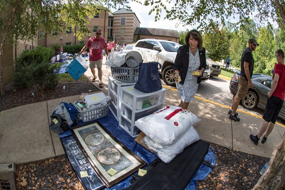 Dr Cathy Carey helps students move in